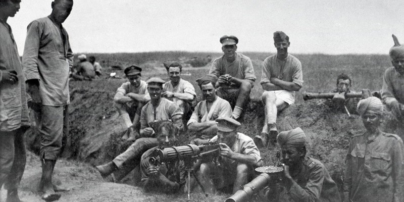 British and Indian machine gunners with a Vickers machine gun, Lewis gun and range-finder, 1917