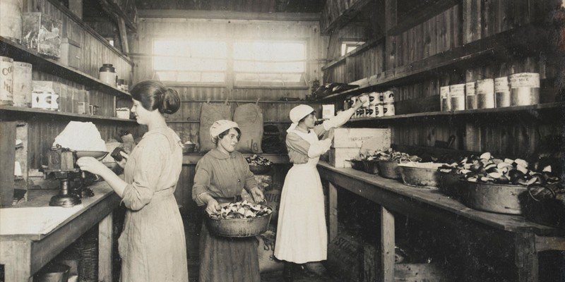 Women's Army Auxiliary Corps personnel in a kitchen, c1917