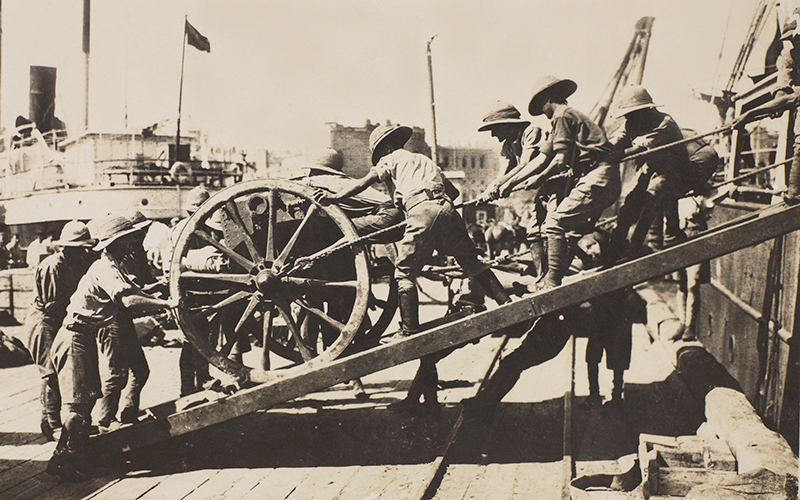 Arrival of the first British guns at Baku, August 1918